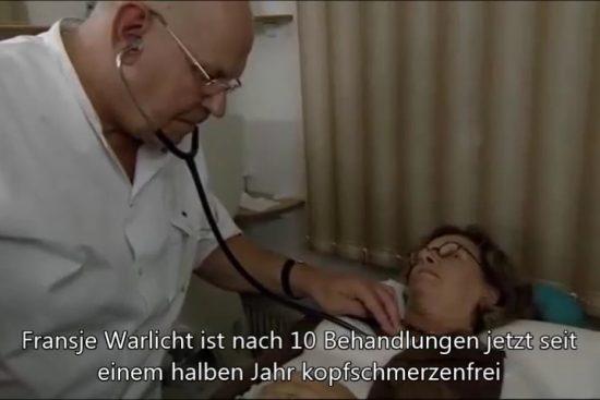 Foto von Heino Nieland bei der Behandlung einer Migräne Patientin