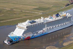 Luftbild von einem Kreuzfahrtschiff der Meyer Werft in Papenburg